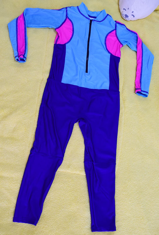 ชุดว่ายน้ำเด็กบอดี้สูท แบบแขนยาว ขายาว ท่อนบนสีฟ้าแถบชมพู ท่อนล่างสีน้ำเงิน มีซิบหน้า น่ารักสดใส