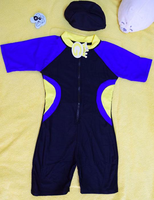 ชุดว่ายน้ำเด็กบอดี้สูท สีดำ แขนน้ำเงิน แถบเหลืองน้ำเงิน แขนสั้น ความยาวแค่เข่า