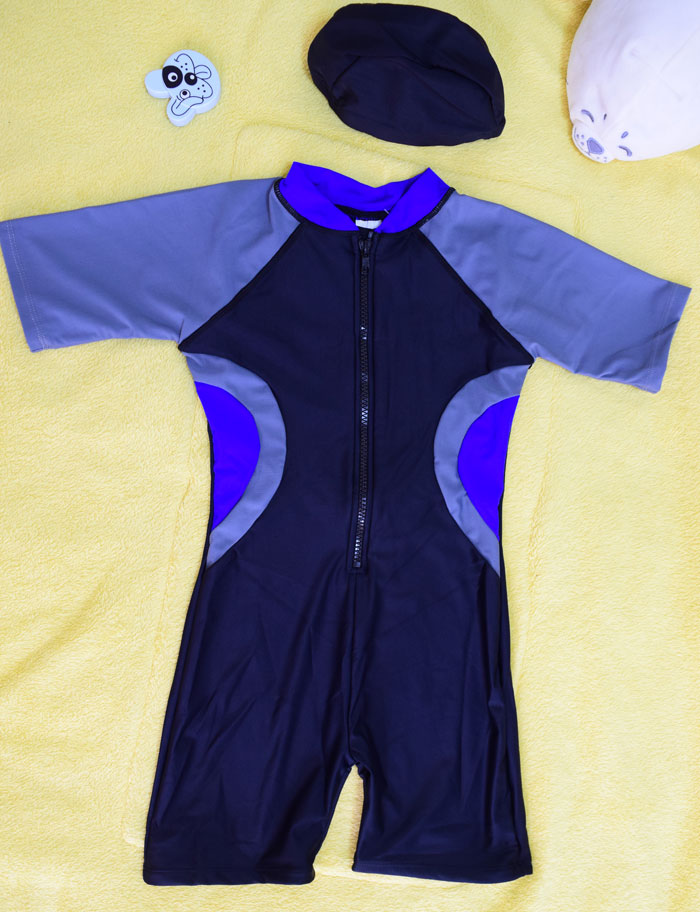 ชุดว่ายน้ำเด็กบอดี้สูท สีดำ แขนเทา แถบเทาน้ำเงิน แขนสั้น ความยาวแค่เข่า