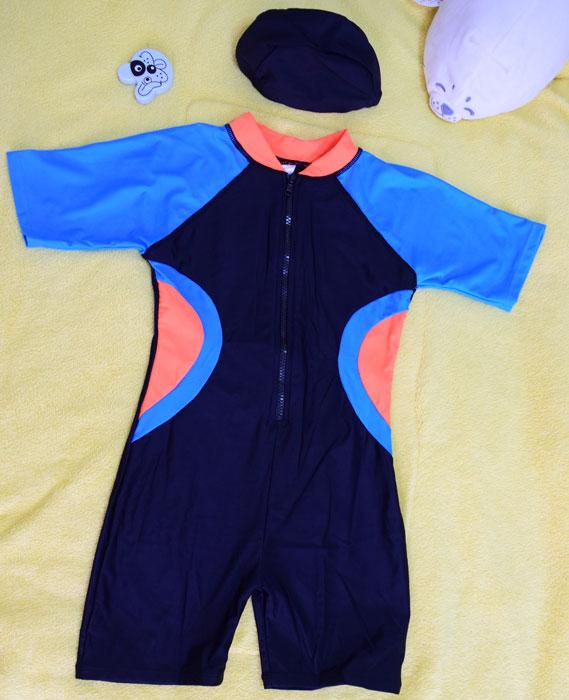 ชุดว่ายน้ำเด็กบอดี้สูท สีดำ แขนฟ้า แถบส้มฟ้า แขนสั้น ความยาวแค่เข่า