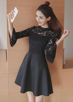 เดรสตัวเสื้อผ้าลูกไม้เนื้อนิ่มมากๆสีดำ แขนยาวสี่ส่วน ปลายแขนเสื้อระบายทรงกระดิ่ง