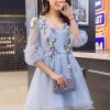 เดรสผ้าไหมแก้ว organza เนื้อทรายสีฟ้า คอวี หน้าอกเสื้อแต่งด้วยผ้ารูปดอกไม้และใบไม้