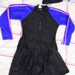 ชุดว่ายน้ำเด็กผู้หญิงกระโปรงพร้อมหมวก ข้างในเป็นกางเกงขาสั้น ชุดสีดำ แขนน้ำเงินแถบชมพู