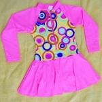 ชุดว่ายน้ำเด็กสีชมพูลายน่ารัก แขนยาว ข้างในเป็นกางเกงขาสั้น ด้านนอกเป็นกระโปรง มีซิบด้านหน้า