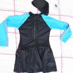 ชุดว่ายน้ำเด็กชุดกระโปรงพร้อมหมวก ข้างในเป็นกางเกงขาสั้น ชุดสีดำ แขนสีฟ้าแถบชมพู
