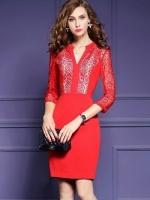 เดรสผ้าโพลีเอสเตอร์สีแดง ทรงตรง เข้ารูปช่วงเอว แต่งไหล่ หน้าอก แขนเสื้อ ด้วยผ้ามุ้งปักด้วยด้ายสีแดง