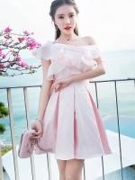 เดรสผ้าไหมเนื้อเงาสีชมพู ทอลายดอกกุหลาบ แต่งผ้าชีฟองระบายที่หน้าอก ใส่เปิดไหล่ทั้ง 2 ข้างหรือข้างเดี