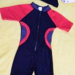 ชุดว่ายน้ำเด็กบอดี้สูท สีดำ แขนแดง แถบเทาแดง แขนสั้น ความยาวแค่เข่า