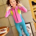 ชุดว่ายน้ำเด็กบอดี้สูท แบบแขนยาว ขายาว ท่อนบนสีชมพูแถบเหลือง ท่อนล่างสีฟ้า มีซิบหน้า น่ารักสดใส