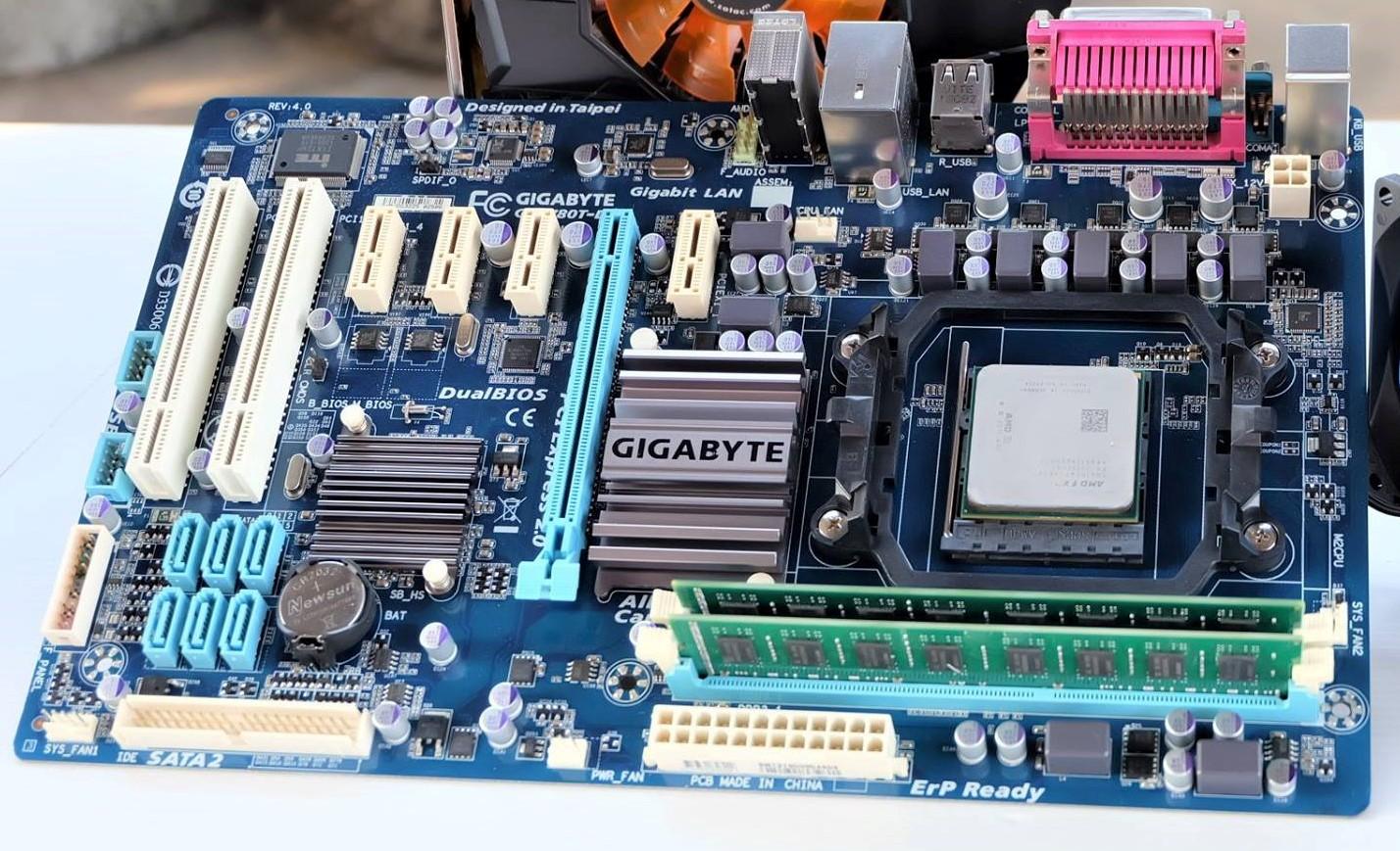 AMD FX 8300 3.3Ghz (4.2Ghz) / Gigabyte 780T-D3L